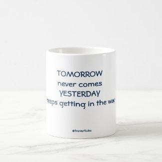 Taza: Nunca viene mañana. Guarda ayer el conseguir Taza