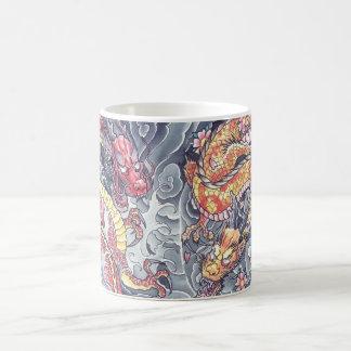 Taza oriental fresca del tatuaje de los dragones