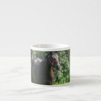 Taza oscura de la especialidad del caballo de bahí taza espresso