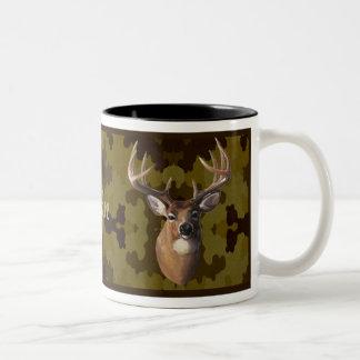Taza oscura personalizada de los ciervos de Camo