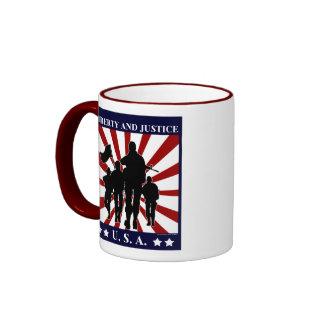 Taza patriótica de los soldados de la libertad y d