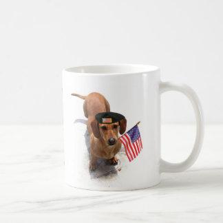 Taza patriótica del dachshund de los E.E.U.U.