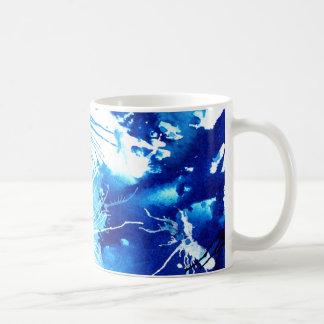 Taza pintada azul vibrante del arte abstracto