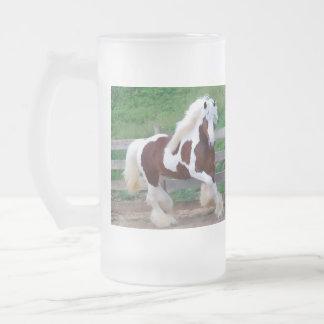 Taza pintada del vidrio esmerilado del caballo