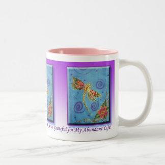 Taza pintada seda de la gratitud de la libélula de