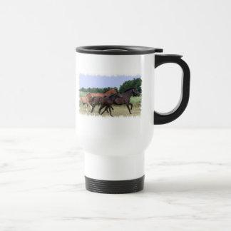 Taza plástica del viaje de los caballos salvajes
