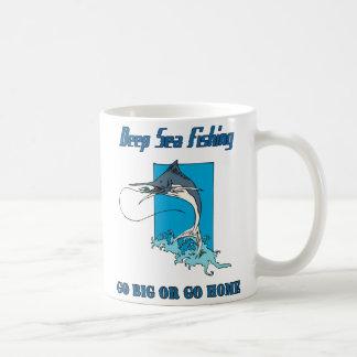 Taza profunda de la pesca en mar