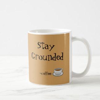 Taza puesta a tierra estancia del café