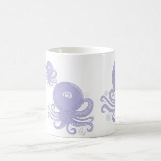 Taza púrpura bonita de los pulpos