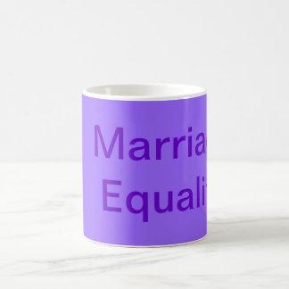 Taza púrpura de la igualdad de la boda