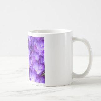 Taza púrpura de la primavera del azafrán