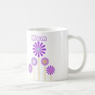 Taza púrpura de las flores para la mama
