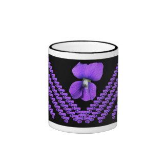 Taza púrpura de las violetas