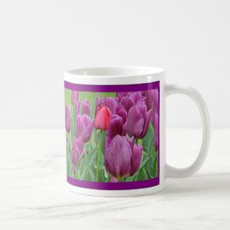 Taza púrpura del arte de la flor de los tulipanes