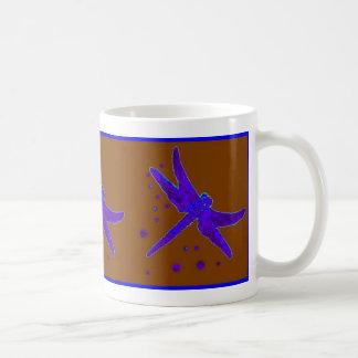 Taza púrpura del chocolate de las libélulas por