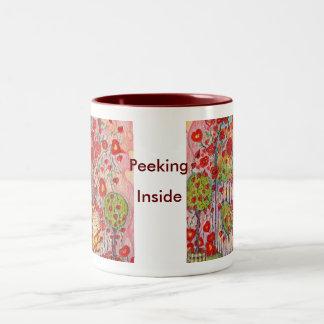 taza que mira a escondidas dentro