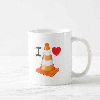 Taza rayada del naranja y blanca del tráfico del