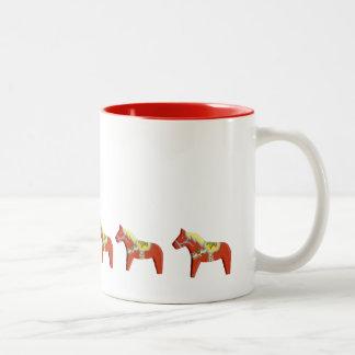 Taza roja de los caballos de Dala
