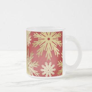 Taza roja de los copos de nieve del oro del