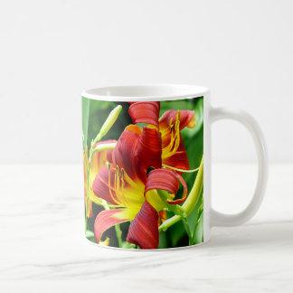 Taza roja de los Daylilies
