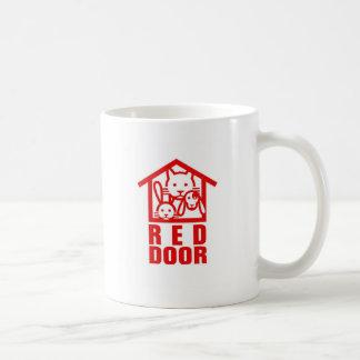 Taza roja del logotipo de la puerta