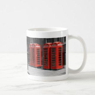 Taza roja teñida B/W de las cabinas de teléfonos d
