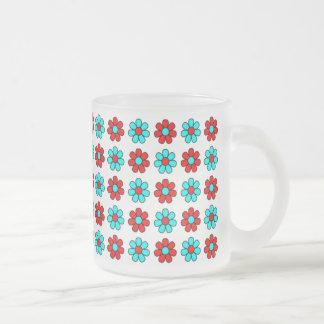 Taza roja y ciánica de las flores