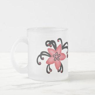 Taza roja y negra de la flor