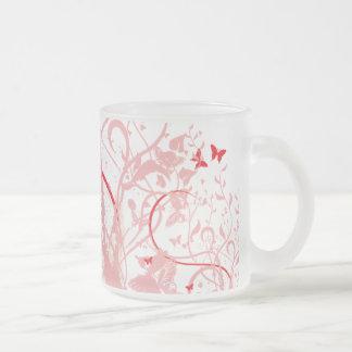 Taza roja y rosada de la mariposa