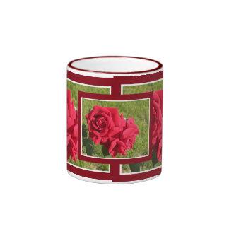 Taza romántica de los rosas rojos