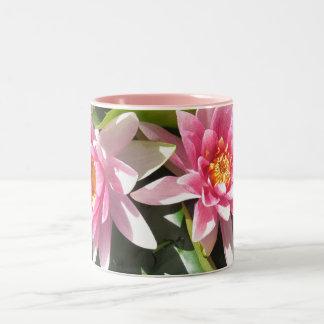 Taza rosada de Lillies del agua