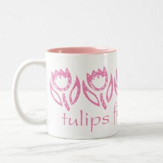 Taza rosada de los besos de los tulipanes cinco