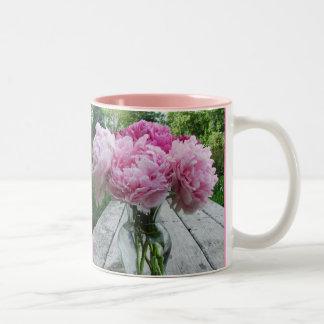 Taza rosada del arreglo del florero de los Peonies