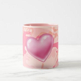 Taza rosada del camuflaje del corazón