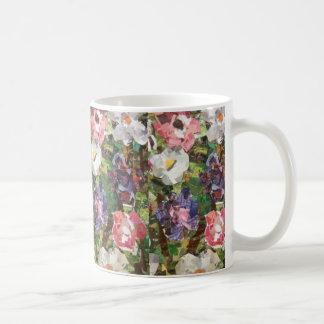 Taza rosada del collage de la flor de papel