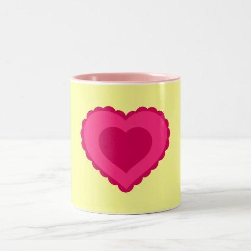 Taza rosada del corazón del amor