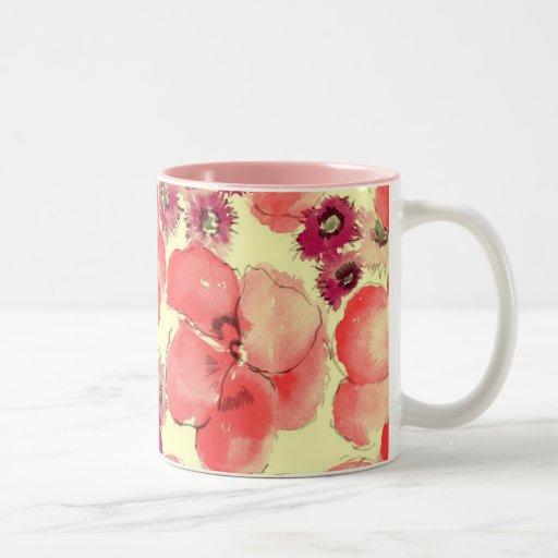 Taza rosada del modelo de flores