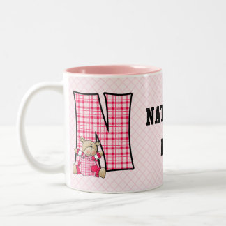 "Taza rosada del monograma ""N"" del oso del niño"