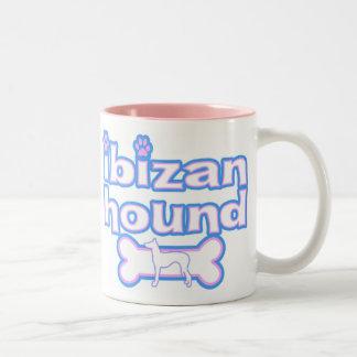 Taza rosada y azul del perro de Ibizan