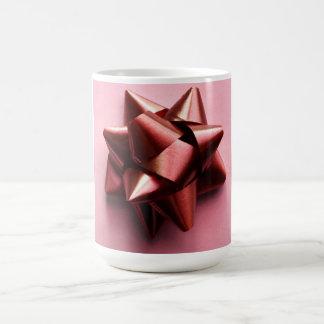 Taza rosada y roja del regalo del arco de la cinta