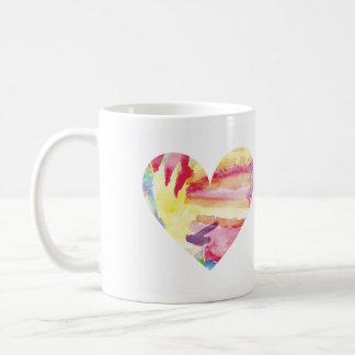 Taza rp del corazón del arco iris de la acuarela