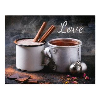 Taza rústica de té y de chocolate caliente en amor tarjeta postal