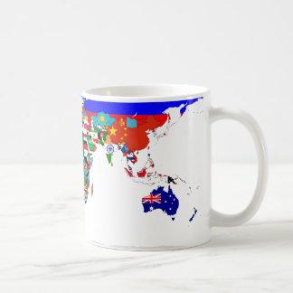 Taza señalada por medio de una bandera del mundo