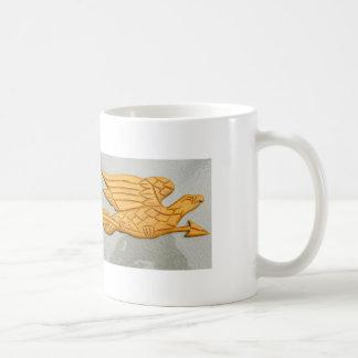 taza tallada del águila