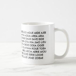 """¡Taza - """"todas lo que tengo son vocales! """" Taza De Café"""