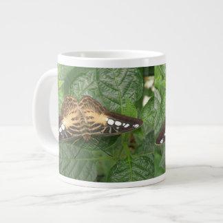 Taza tropical bonita de la mariposa de las podador taza grande