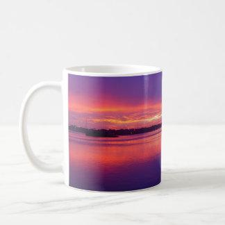 Taza tropical de la puesta del sol de la palmera d