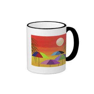 Taza tropical de la puesta del sol del paraguas