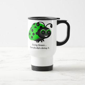 Taza verde de la mariquita que va