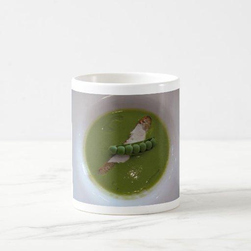 Taza verde de la sopa de guisantes